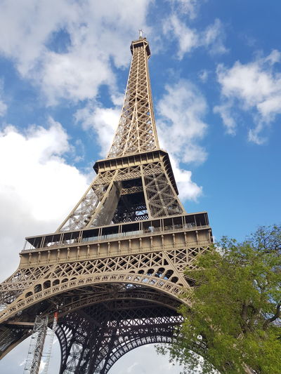 Paris France 🇫🇷 Eifeltower Tower Amour ❤ Bluesky Photography Photonature  EyeEm Gallery EyeEm Best Shots Lifestyle Streetphotography Street Art Artistic Photo Nofilterneeded Natural Beauty City Ancient Civilization Pyramid History Monument Cultures Tower Sky Architecture Building Exterior