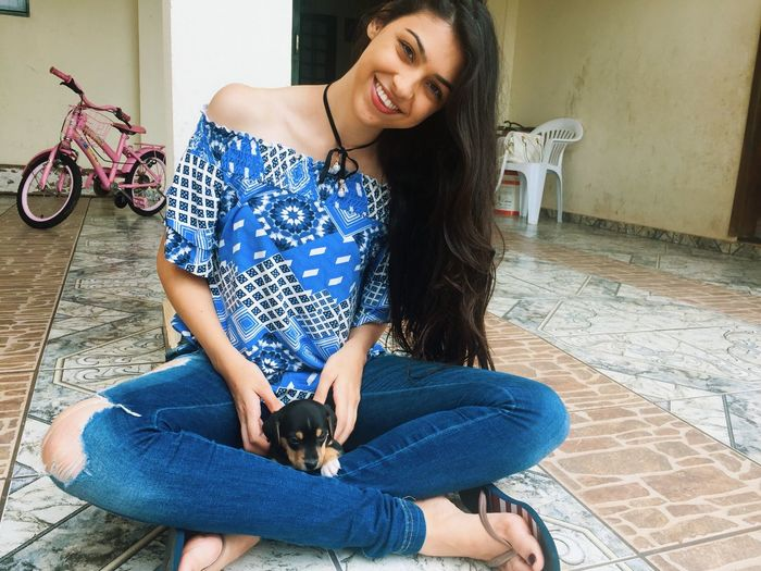 Sorria para o mundo 🌸🐾 Smiling Braziliangirl I Smille No Matter What Cool Blackhair Peace Enjoying Life Beautiful Dog Love Long Hair Lights Natural Beauty Happyday
