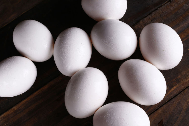 ovo Egg White Color Food Indoors  Food And Drink No People Still Life Healthy Eating Wellbeing Freshness Table Fragility High Angle View Raw Food Wood - Material Vulnerability  Close-up Animal Egg Large Group Of Objects Nature Black Background