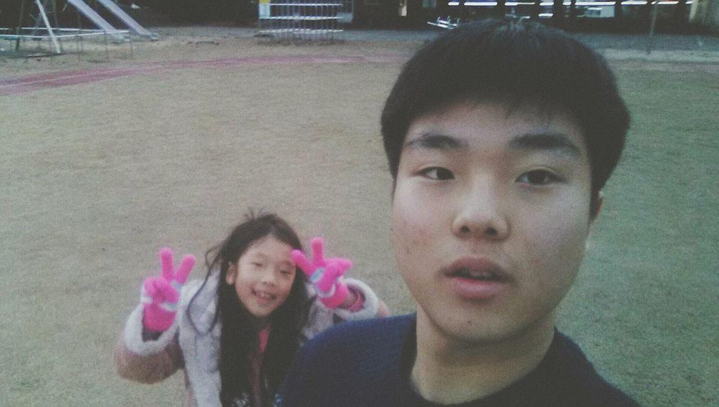 Selfie With Sister I Dont Erase My Acne I Just Include A Few Effect Only 난 내 여드름을 지우지 않는다. 단지 조금의 효과를 포함시킬 뿐이다.