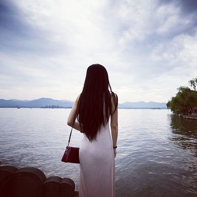 西湖 Girl Hangzhou China cloudy