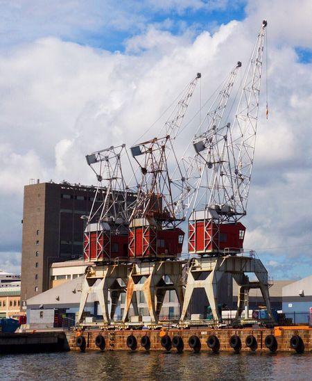 Kraner på Filipstadkaia i Oslo , som har blitt kulturminne.Cranes on Filipstad quay in Oslo that has become heritage. Architecture Oslo Filipstad Oslofjorden FujifilmX100T