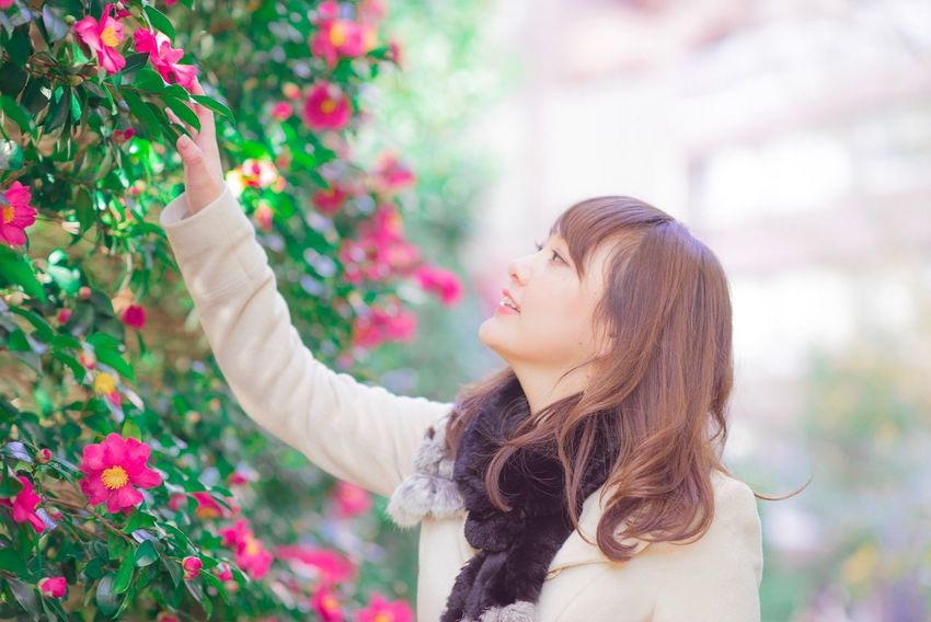 Flower One Person Young Adult Beautiful Woman Outdoors Smiling Young Women One Young Woman Only One Woman Only Women Plant Day Happiness Nature Real People Only Women Beauty