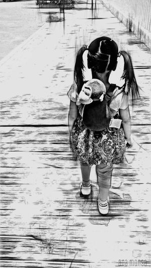 Ella Blanco & Negro  Black & White People Photography Edition Urban Life Street Family Cosas Cotidianas