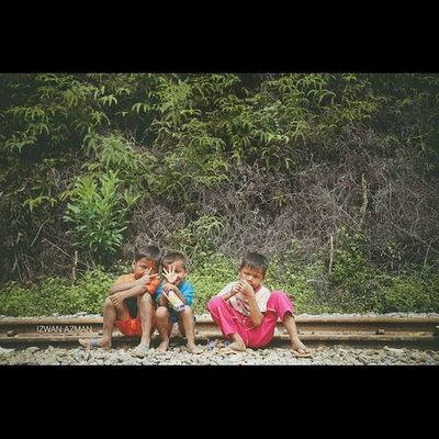Kids at Railway Kg Limau Kasturi , Kelantan Banjir Prayforpantaitimur Kelate Human Children Photooftheday Journalism