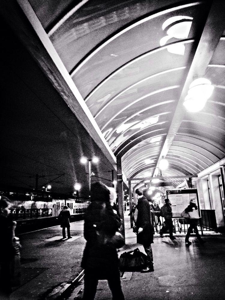 Gare de Creil #train #iphone #voyage #viagem #quotidien #quotidiano #gare #black #blackandwhite #transport Public Transportation Iphoneonly Black And White Taking Photos