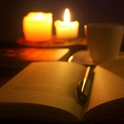 Maharet, bir kirpik boyu yakınından dokunmak değil, tenine.Okşayabilmek kilometrelerce uzaktan, gönlünü. Hazır ol'a geçen bedenim gecenin dördünde, senin esirin olur be adam! Titrerken bacaklarım, ürkek bir mum ışığı misali, daima gül sen ! 💏💏 Adıtutkuenderinden Gece Mumışığı Huzur muzik kahve kitap 🎧🍵📖