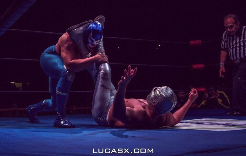 Epic battle of titans, this is blue demon jr. vs e hijo del santo Lucha Luchalibremexicana Luchadores Luchar Luchando Lucha Contra Tus Miedos Lucha Mask BlueDemon Bluedemonjr Elsanto Elhijodelsanto Mexican Mexicanwrestling Taking Photos Riquezacultural