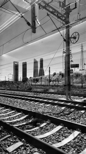 Pasaba por aqui !! Bnw_city Bnw_shot Bnw Photography Bnw_captures Bnw_collection Bnwphotography Bnw EyeEm Bnw GlitchArquitecture The Arquitecture Train Train Station In The Train In Movement From My Point Of View On The Way