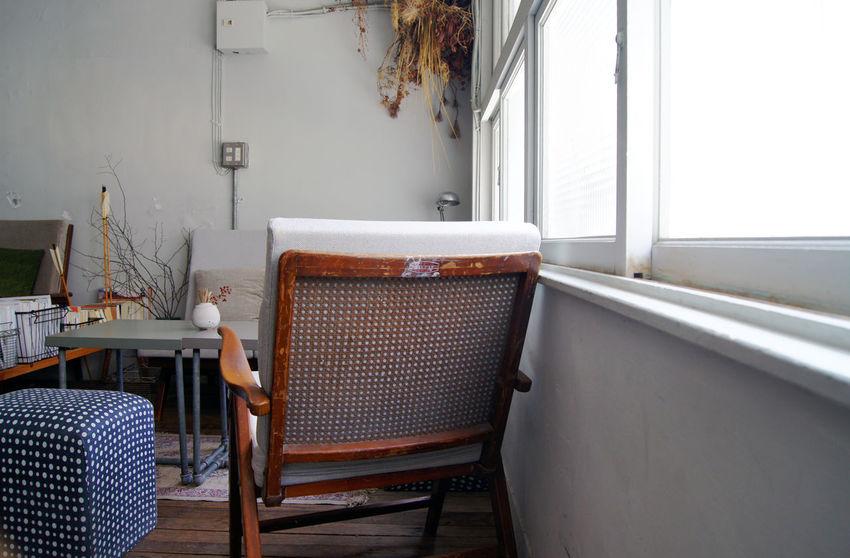 台南老街裡,正上演著關於藝術家新作品發表,來參與的人們,有些在一樓靜靜的欣賞著作品,一些則在二樓喝著茶 或 咖啡,想著,就這樣吧,時間就停留在這吧。 More Detail:https://goo.gl/XZGwaI Japanese Style Break Time Chair Oldhouse Tainan Taiwan White 中西區 台南 台灣