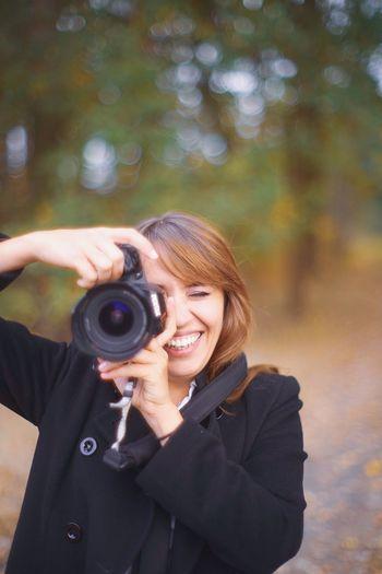 Digital Single-lens Reflex Camera SLR Camera Paparazzi Photographer Photography Themes Young Women Technology Camera - Photographic Equipment Smiling Women Portrait Lens - Optical Instrument Photographic Equipment Lens - Eye Looking Through An Object