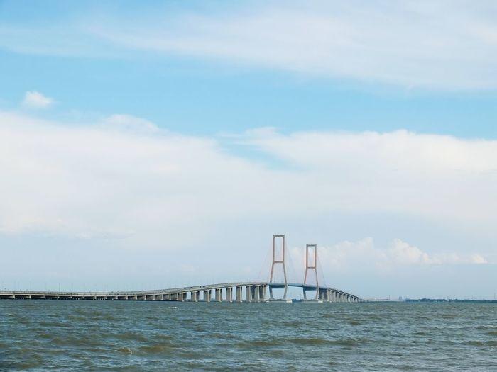 Suramadu bridge over sea against sky