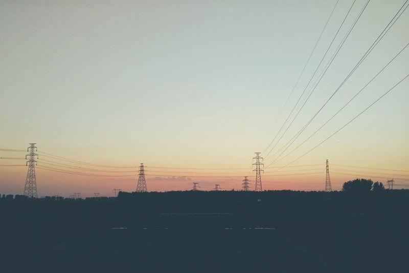 是夕阳本就那么美,还只是人对一天快要结束的不舍。黄昏