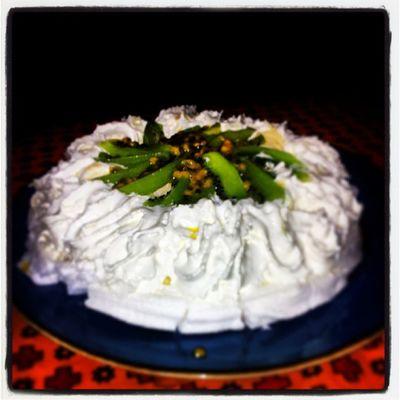 Gjorde en liten tårta/Pavlova till personalen. . Birthday Bittens