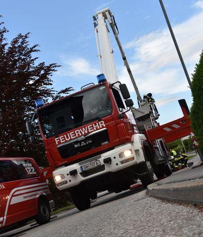 Altmünster Einsatzfahrzeuge Feuerwehr Feuerwehr Altmünster Feuerwehrausfahrt Feuerwehrauto Feuerwehrfahrzeug Red Teleskopmastbühne