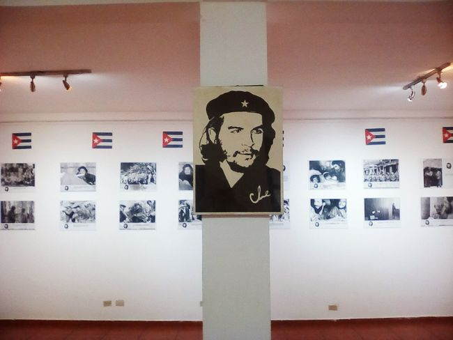 Business Finance And Industry Indoors  No People Day Check This Out Che Guevara Che Guevara Painting Che Guevara Mural Che Guevara Advertising Posters Squares And Rectangles Squared Face Famous