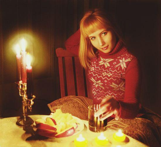Однажды вечером... Women Girl Evening Fotography Winter Wonderland Beautiful Woman Cold Follow Vino девушказагадка свеча вечер виноизодуванчиков фото сказкинаночь