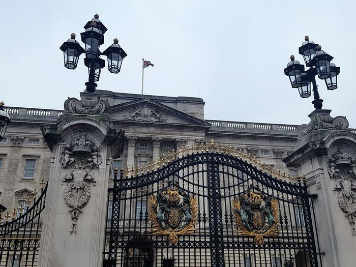 Buckingham Palace in London UK 2017 2017 2017 Year 2017 Photo England, UK LONDON❤ London London 2017 London lifestyle United Kingdom Architecture Building Exterior Built Structure City Day History London_only Londonlife Low Angle View No People Outdoors Sculpture Sky Statue Travel Destinations Uk England