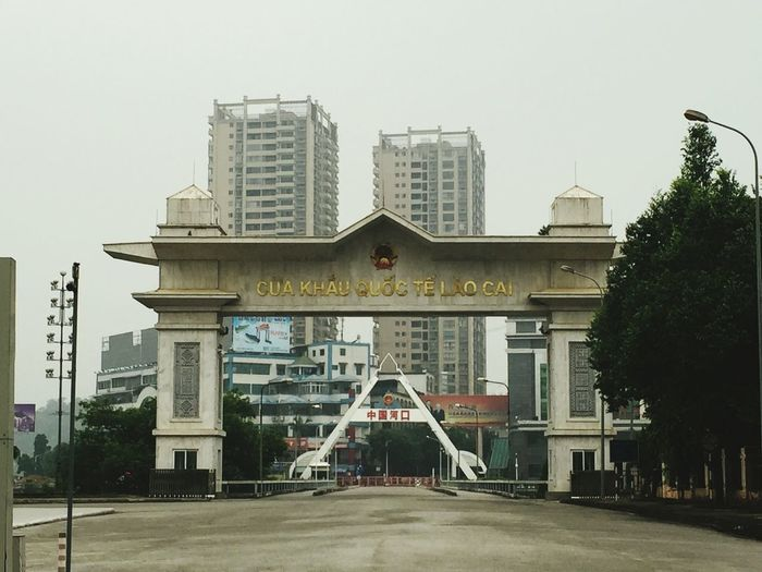 cửa khẩu lào cai City Politics And Government Cityscape Urban Skyline Modern Skyscraper Tree Downtown District Sky Architecture Non-western Script Japanese Script Information Japanese Language Western Script Information Sign Arrow Sign Warning Directional Sign Warning Sign No Parking Sign Office Building Exterior Written Office Building Tower Capital Letter Street Name Sign Commercial Sign Signboard Board