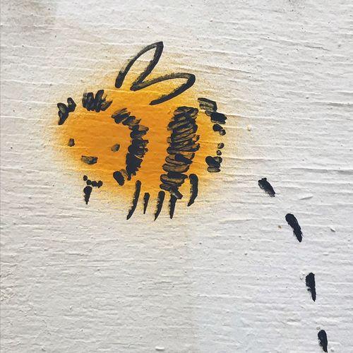 Happy Bee. Bee Happy. Manchester. Bee 🐝 Bumble Bee Graffiti Happy Street Art/Graffiti Bee Bumble Bee 🐝 Cartoon Close-up Communication Day Graffiti Art Graffiti Wall Graffitiporn Grafitti No People No People Outdoors No People, Outdoor Photography Outdoors Street Street Art Streetart Yellow Yellow Color
