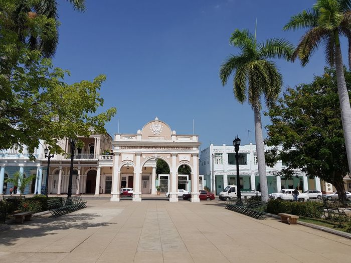 Cienfuegos City Plaza Palmtree Coconut Palm Tree Karibik City King - Royal Person Tree History Arch Gate Monument Sky Architecture Travel Triumphal Arch Place Of Interest War Memorial Memorial