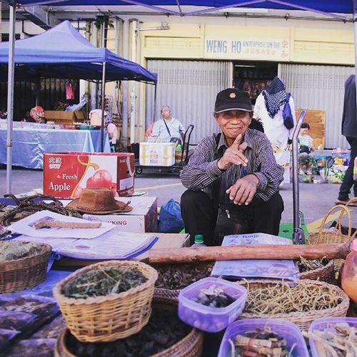 Akar kayu seller Gaya Street - Kota Kinabalu , Sabah Gayastreet Kotakinabalu Sabah Negeribawahbayu Tourism Malaysia Reflexsology Market Pasar Vscomalaysia Vscography VSCO Fresh Fruit Vegetable