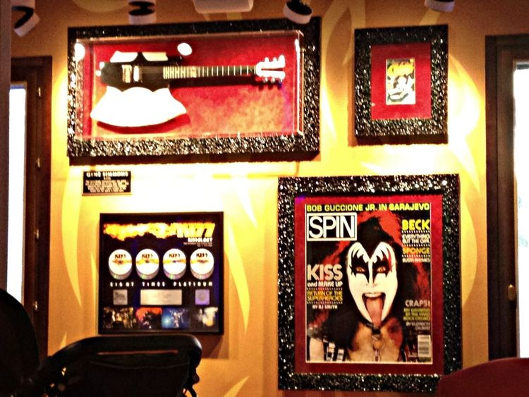 Pieza unica, esta guitarra de Gene Simmons del grupo Kiss en el Hard Rock Cafe de Ibiza Ibiza Hard Rock Cafe