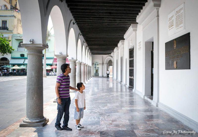 En el Palacio municipal de el puerto de Veracruz me encontré a este padre con su hijo leyendo sobre la historia de este hermoso puerto. Veracruz, México Puerto History Historic Dad Padre