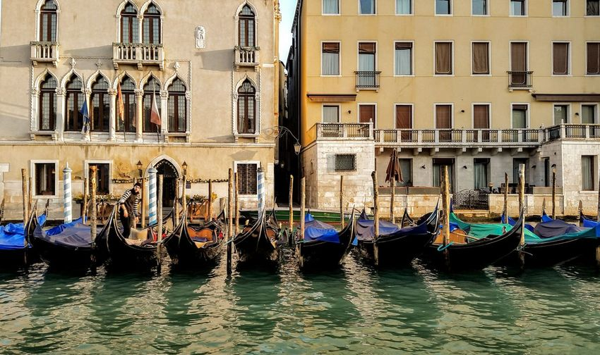Esperando Agua Italia Italy Gondola - Traditional Boat Water Nautical Vessel Cultures Architecture Building Exterior Built Structure Gondola Canal Water Vehicle Waterfront Venice - Italy Place Of Interest Grand Canal - Venice