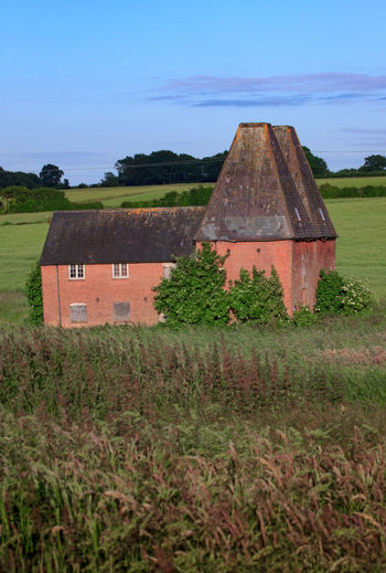 Oast House, Garden Of England , Kent, England. No People Day Architecture Vivid International Hops Beer Drying Process Rural Scene Countryside Travel Destinations Tourism Getty Images EyeEm Gallery Plant Field Land Built Structure Sky Nature Green Color Building Exterior Growth Tree Landscape Grass Building House Outdoors Agriculture