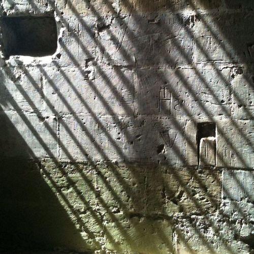 Graffitis dans le château d'Amboise - XVIe au XVIIIe siècle - France - Graffiti Touraine Amboise Parallel Ombre Prison Dessin Drawing Darkness And Light Gothique