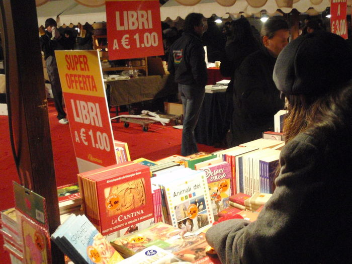 1Euro Abundance Book Cover Book Fair Books Buying Casual Clothing Choice Collection Customer  For Sale Freshness La Cantina Large Group Of Objects Market Market Stall One Euro Price Tag Retail  Sale San Valentine's Day St Valentine's Street Vendor Text Offerta
