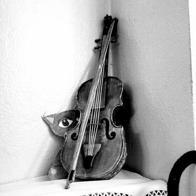 Fotografie Black_and_white_look Handmade Classic Vintage Lomography Lomo винтаж ломо Instapic Black White Grey Monochromes Monochrome Monochromephoto MonochromePhotography Instalike Blacknwhite Blackandwhite Blackwhitephotography Blackwhitephoto Bnw Bw чернобелое чернобелаяфотография чернобелая violin