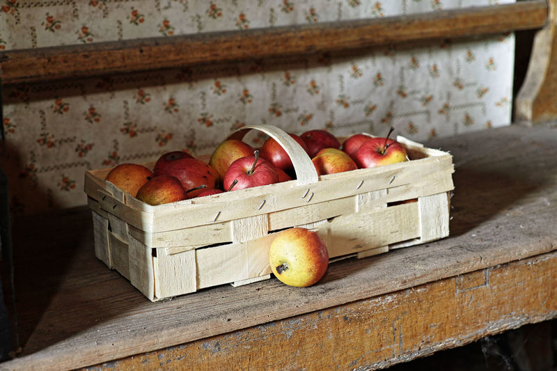 Healthy Eating Food And Drink Food Freshness Wellbeing Apple - Fruit Fruit Container Wood - Material Box Crate No People Basket Large Group Of Objects Indoors  Box - Container Red Still Life Day Table Ripe Apfelernte Obstlager Bio