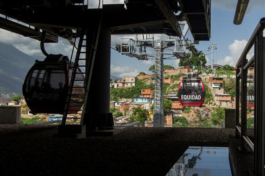 """En Caracas hay zonas populares donde las personas no podían acceder con facilidad a sus casas, se crearon los """"Metrocables"""" que son teleféricos construidos para que personas de pocos recursos puedan llegar en poco tiempo y de manera más cómoda a su hogar Barrio San Agustín Teleferico The Architect - 2017 EyeEm Awards The Photojournalist - 2017 EyeEm Awards The Street Photographer - 2017 EyeEm Awards"""