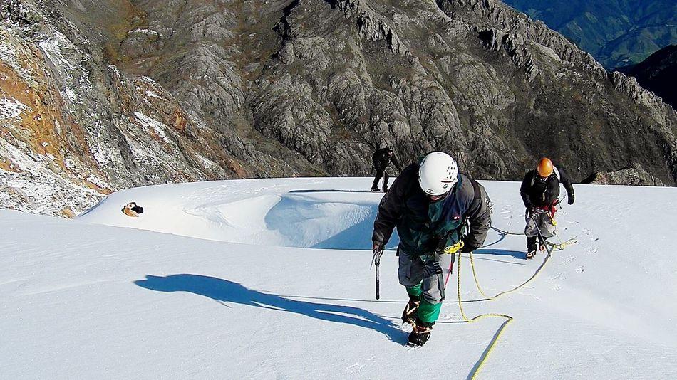 Escaladores subiendo por el glaciar del pico Humboldt en Mérida, Venezuela Mountaineering Venezuela_captures Venezuelaforum Sierra Nevada Climbing A Mountain Mountains Snow Escalar Venezuelan