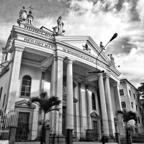Iglesia San Pedro. Siempre hay un lado oscuro. Caracas IgersVenezuela Caracas Hdr_ve igerscaracas igersmiranda insta_ve instapro_ve instabyn_ve instabw_ve instaland_ve instashot_ve instagramers igersaltosmirandinos sky ig_caracas gf_venezuela