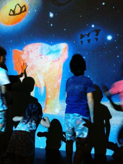 子供達にどれだけ残るだろう。輝き、色、ときめき。どう反射するか待ってみよう。 The Color Of Technology Japan Scenics Children Colors
