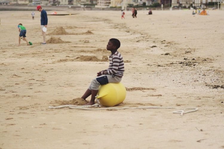 Deine Vision ist wie ein Stern Sie leitet Dich in dunkler Stunde! Sand Real People Beach Ball Playing Lifestyles Relaxing Young Person One Person Outdoors Young Boy Young Boy Is Looking Junge Am Strand Strandleben