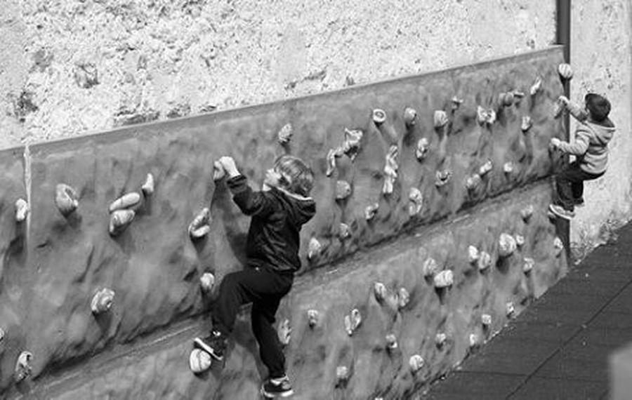 Piccoli scalatori Blackandwhite Climbing Bard Gioco Child Niceday Travel Freestyle Freedom Freeclimbing B_w Streephotography Lifestyle FreeTime