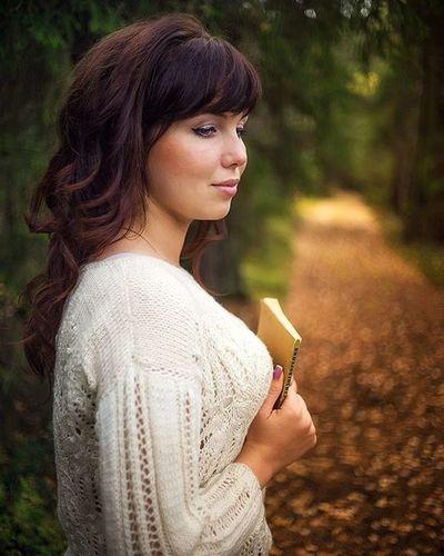 девушка настроение стихи есенин осень вечер тепло атмосфератворчества Взгляд  Girl Autumn Warmth Mood Evening Creative Verse Book Path Forest влесу Sonyalpha Sonya7 OlympusPEN