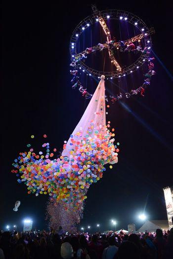 Rain of baloons ARTISTAS Incréible Incredible Espectaculo Espectacular Explosión De Colores Globos Amazing Colour Explosion Colourful Explosion Spectacular Spectacle Artists Baloons Night Celebration Crowd Arts Culture And Entertainment