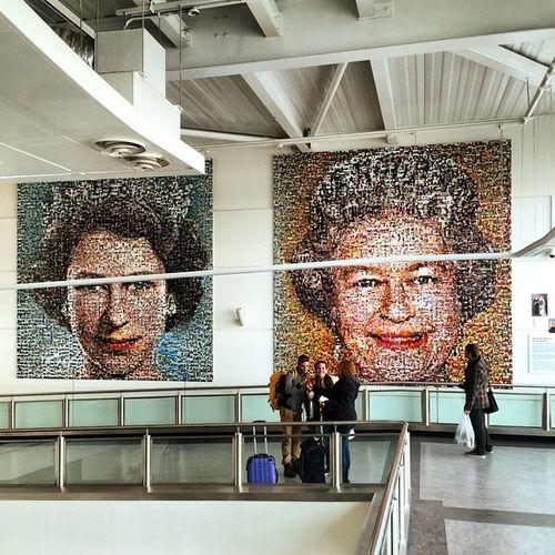 La cosa bella è che arrivi nel 2° aeroporto londinese e, oltre a essere accolto con maestosa dignità, hai treni di 3 società diverse fra cui scegliere per arrivare in città. Monarchy | Democracy