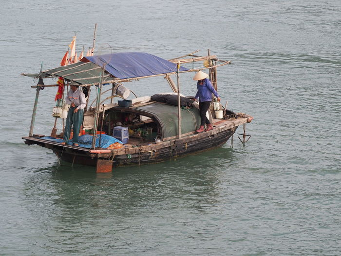 Dans la baie d'Ha Long Nautical Vessel Transportation Sea Nature Fishing Boat Mode Of Transportation Fisherman Occupation Sailing