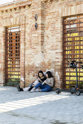 Young couple sitting on the wall