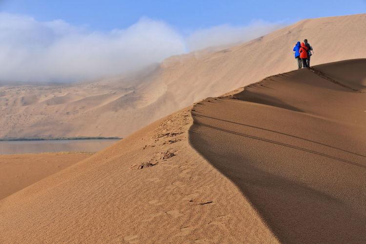 1130 tourists on a dune ridge between sumu jaran-sumu barun jaran lakes. badain jaran desert-china.