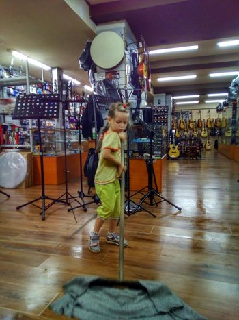 Mom's assistant Daughter Helper Assistant Girl Child Work Working Shop Cleaning Music Shop Musical Instruments Möp Guitars Mandolin