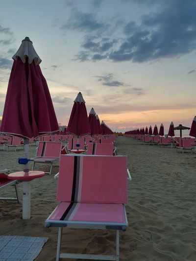 Strand in Torre Pedrera bei Rimini in Italien Strand Baden Urlaub Reise Badestrand Abenddämmerung Abendstimmung Abendsonne Sonnenuntergang Sonnenschirm Strandliegen Sonnenliege Torre Pedrera Rimini Politics And Government Beach City Sunset Sand Chair Sea Tent Outdoor Chair Sky Beach Umbrella Sun Lounger Sunshade Parasol