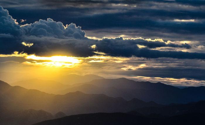 Detalle de atardecer. Beauty In Nature Cloud Cloud - Sky Cloudscape Cloudy Dramatic Sky Idyllic Landscape Majestic Mountain Mountain Range Nature No People Non Urban Scene Non-urban Scene Outdoors Remote Scenics Sky Sun Sunbeam Sunset Tranquil Scene Tranquility Weather