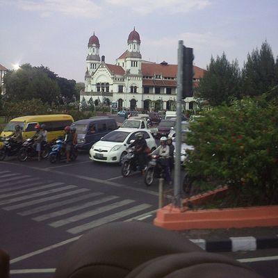Lawang sewu dari bus pariwisata tetep seribu pintunya ternyata. Saya kira nambah satu pintu. huvf Wisata Semarang Bali Bantul Lawangsewu lanjut!